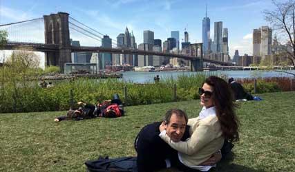Erik de Vogel en Caroline De Bruijn picknicken in Central Park, New York voor hun reisprogramma